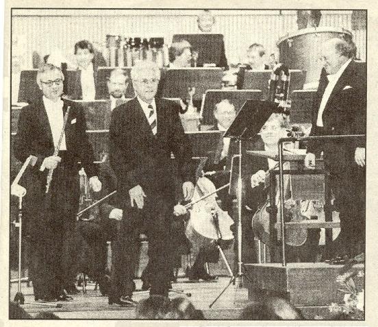 Brucknerhaus Linz/Österreich, 29. September 1990:  Helmut Eder, Haffner-Konzert für Flöte und Orchester, mit Gunther Pohl (Flöte, rechts) und den Bamberger Symphonikern unter der Leitung von Horst Stein (rechts), Helmut Eder (Mitte)