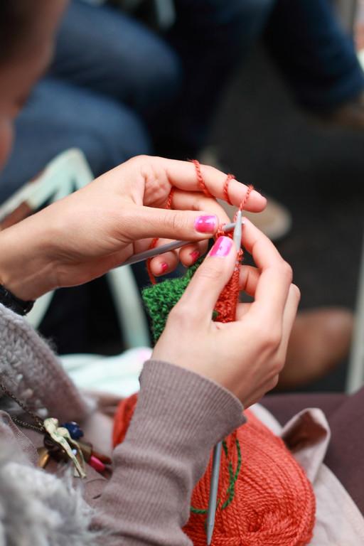 Wolle und lackierte Nägel.