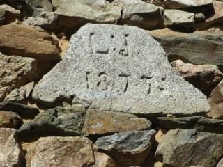 L.J. 1877, inscription sur la maison de Liscorno (photo Yvon Caulet, 2011).