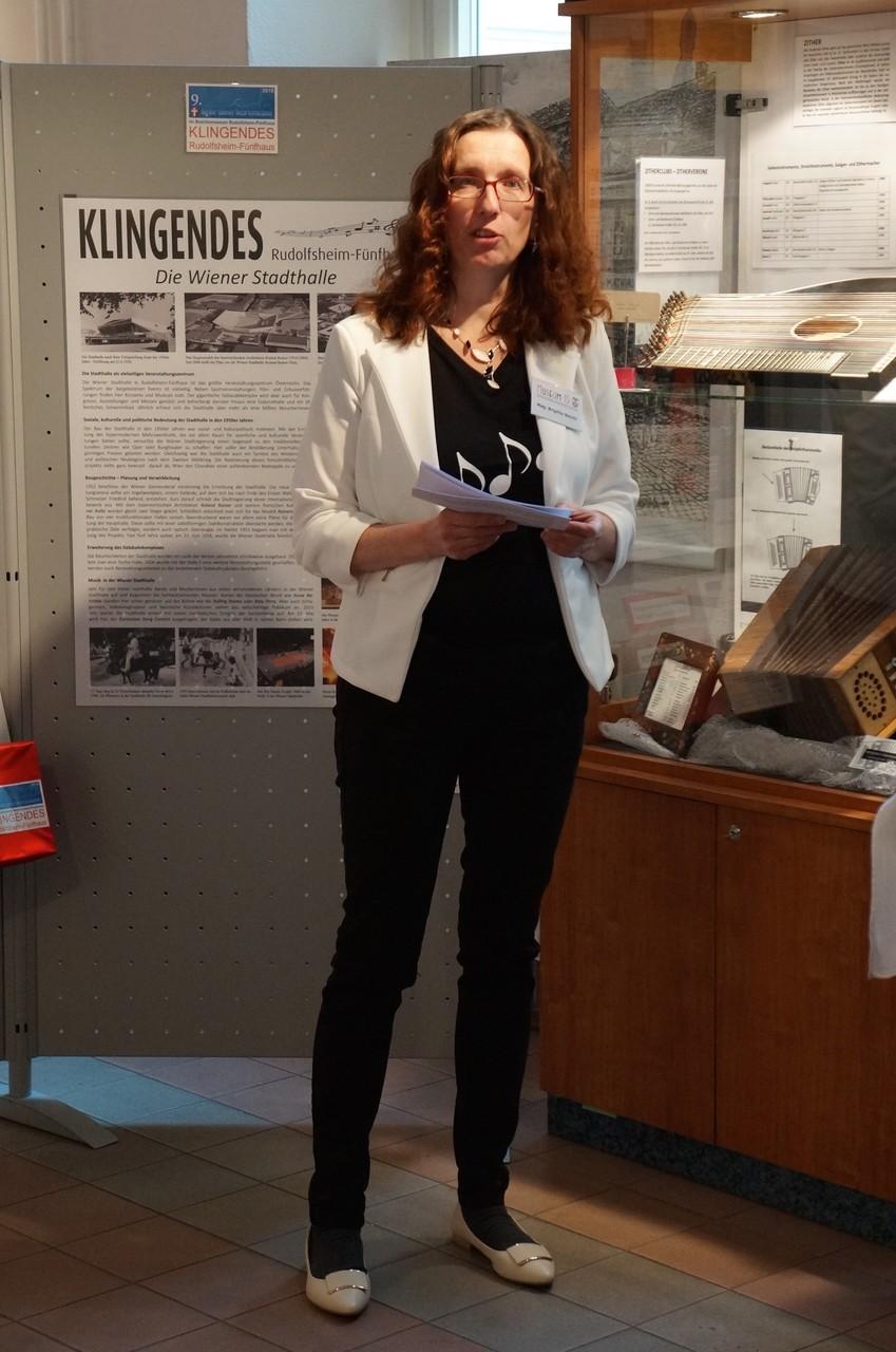 Museumsleiterin Brigitte Neichl eröffnet