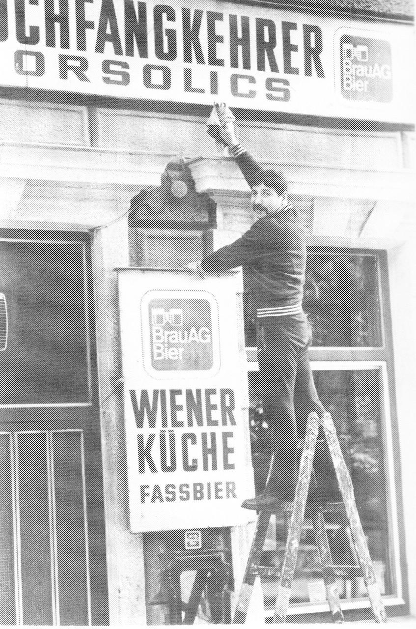 """Hans Orsolics vor seinem Gasthaus """"Zum Rauchfangkehrer"""" in der Goldschlagstraße 79."""