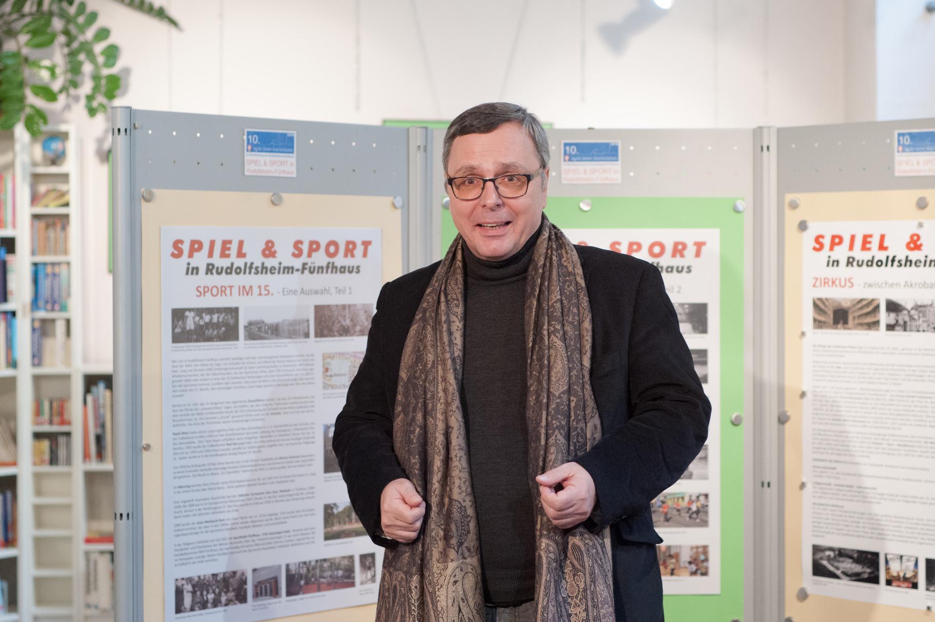 Mag. Alfred Mansfeld, Präsident des Museumsvereins, eröffnet die Ausstellung.