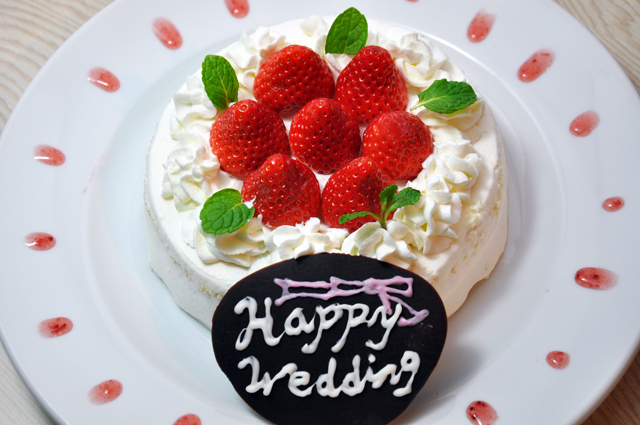 ホールケーキでお誕生会やご結婚祝いのお食事も。