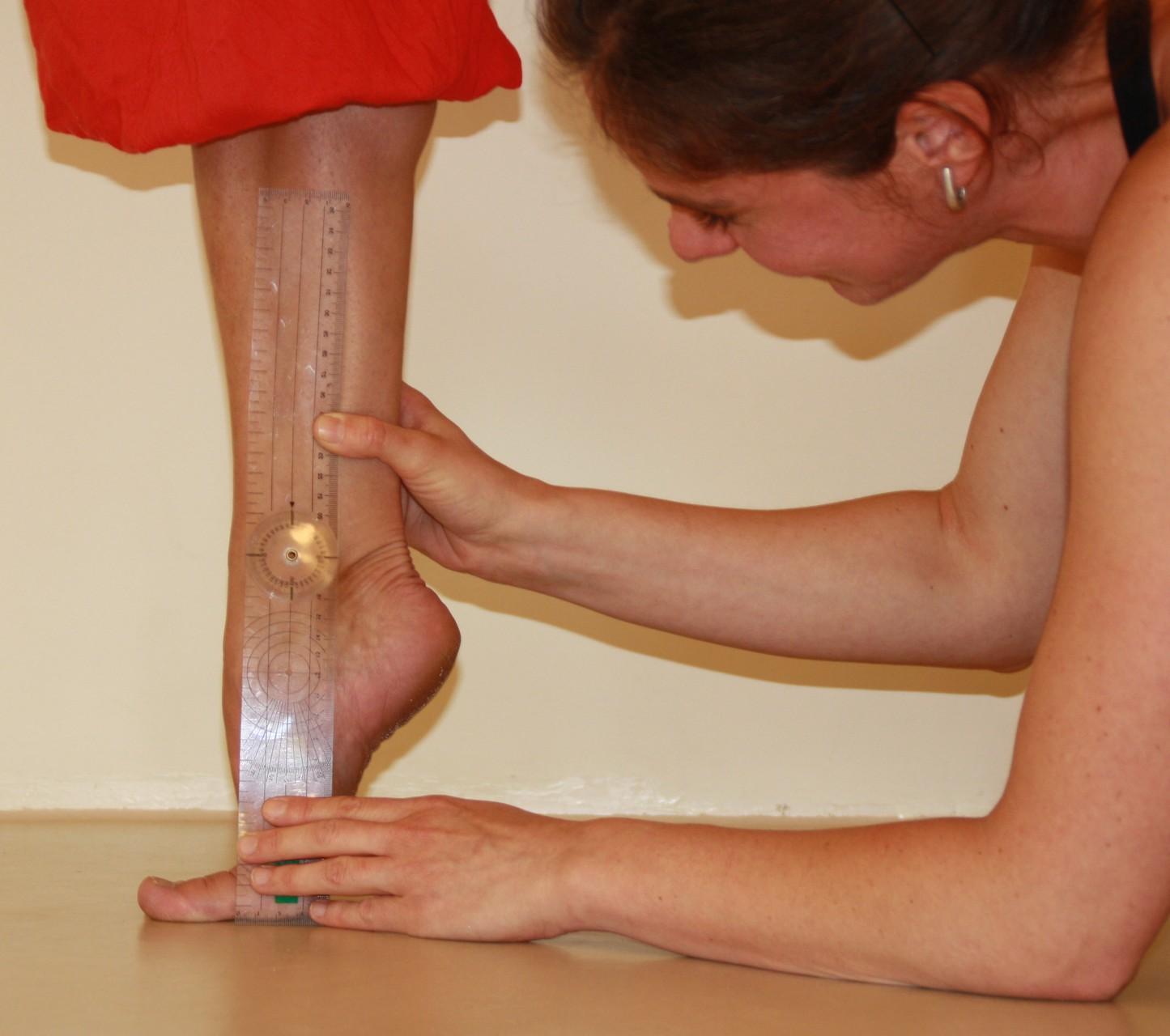Messung der Gelenkbeweglichkeit des oberen Sprunggelenkes auf der halben Spitze