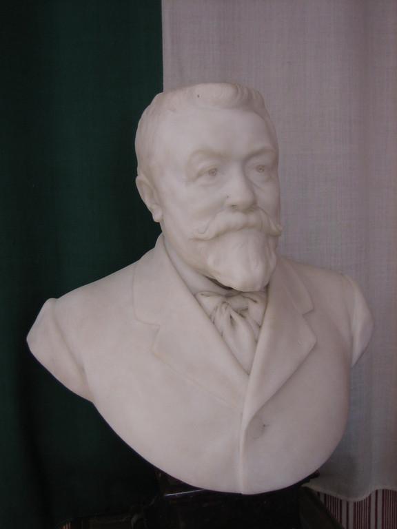 Buste de Jules Hollier, neveu de Pierre Larousse