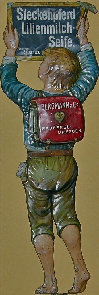 Steckenpferd Lilienmilch Seife fein lithographiertes, geprägtes DieCut Blechschild um 1920 der Firma Bergmann Radebeul Dresden, ca. 170cm hoch