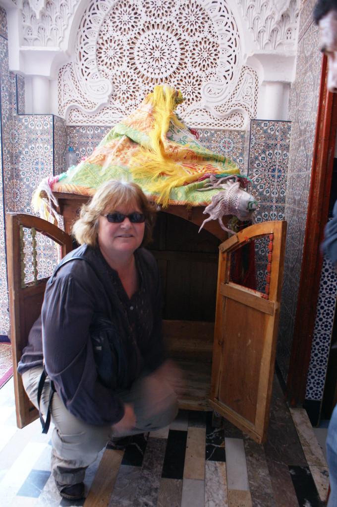 In dieser kleinen Sänfte wird die Braut um die Moschee getragen.