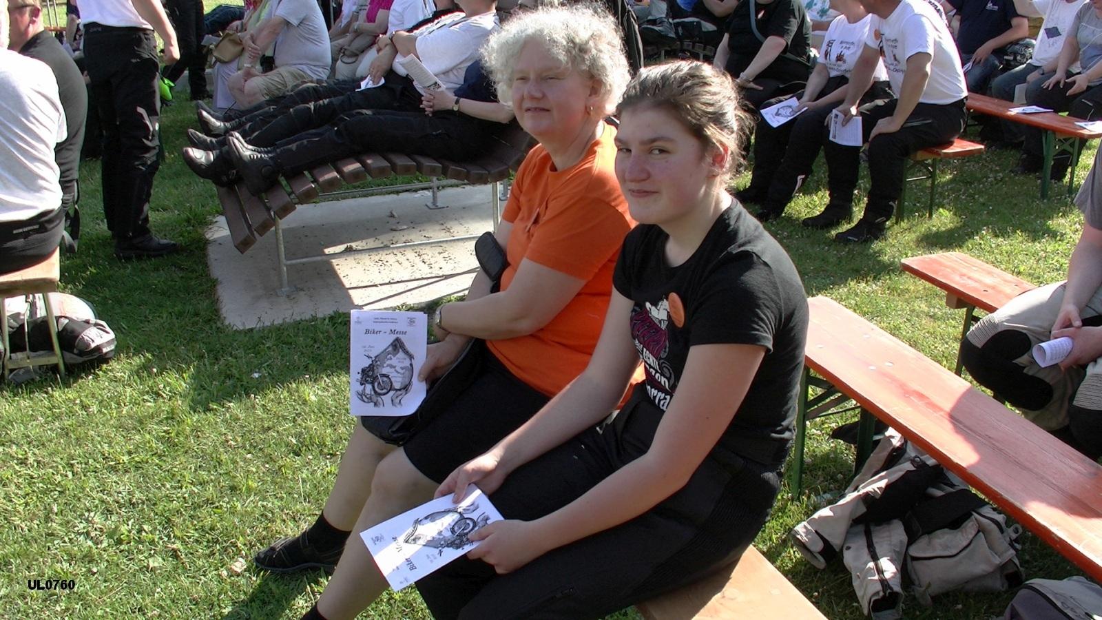 Iris aus Herdecke (rechts) war nicht nur Teilnehmerin des Kolping-Bikertreffens, sondern hat auch das Deckblatt des Liedheftes zur Biker-Messe gezeichnet