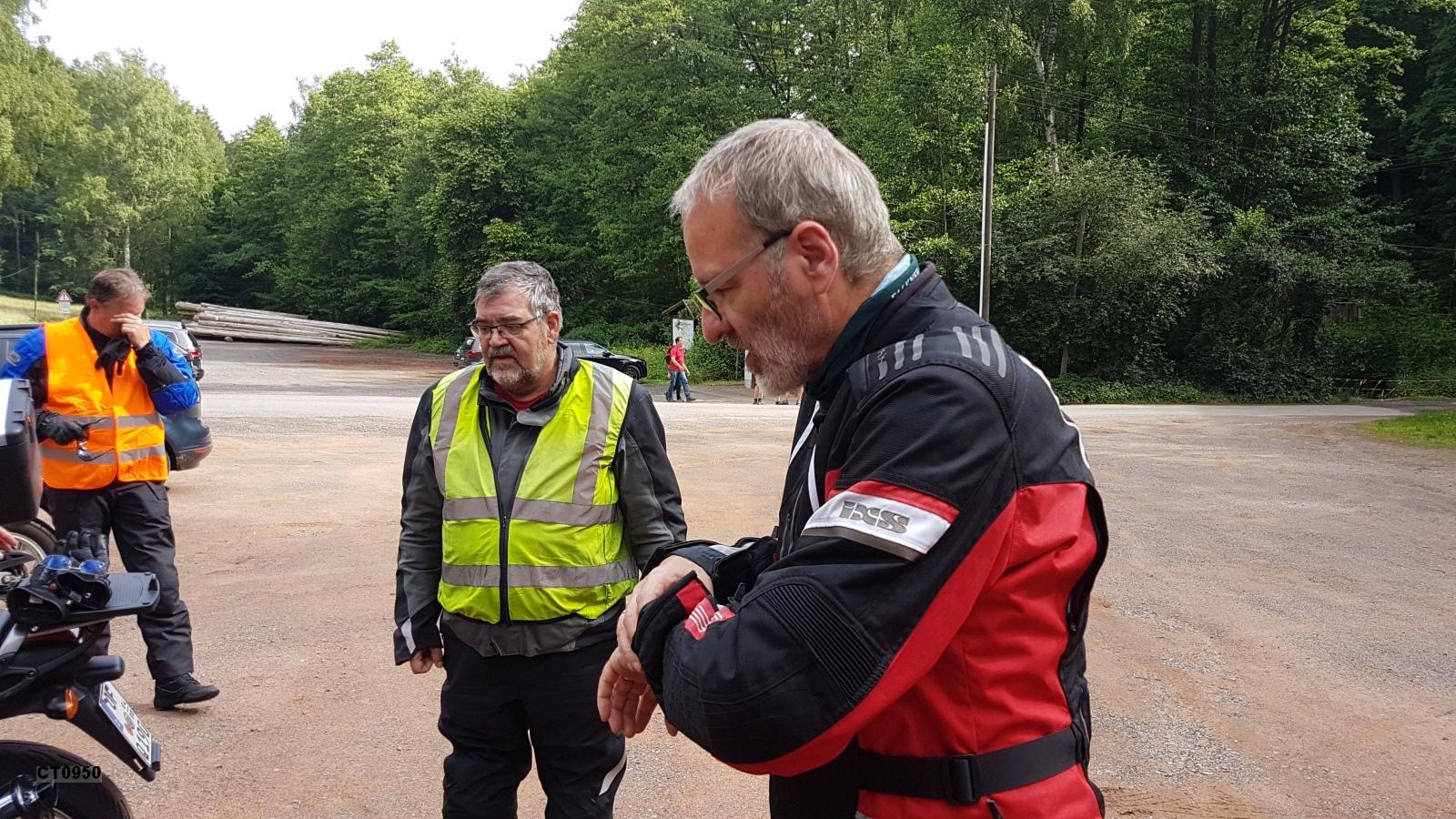 Unser Organisator der Ausfahrt - Klaus Jacobi - schaut auf die Uhr: Alles verläuft nach Plan