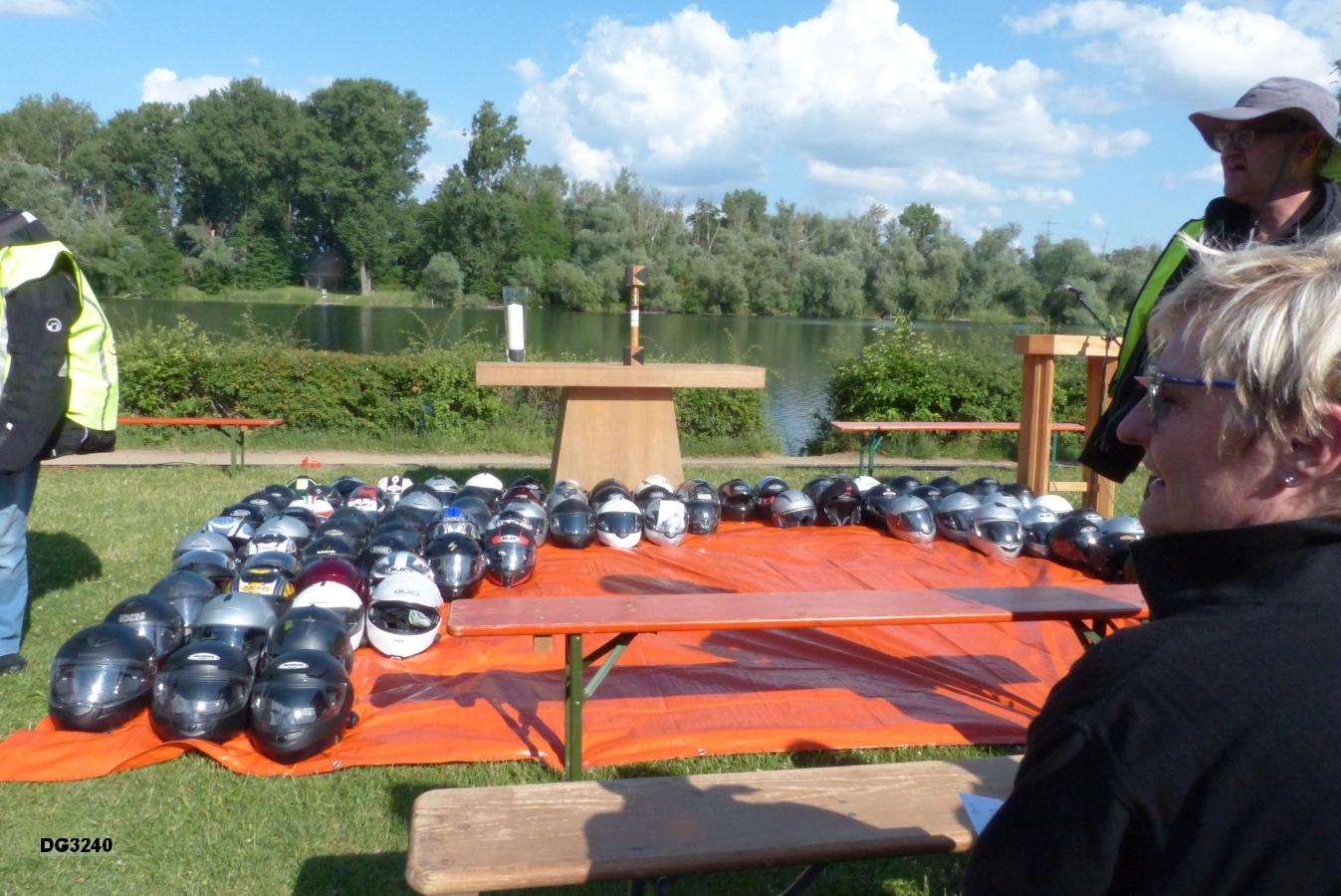 Die Motorradhelme werden vor dem Altar abgelegt
