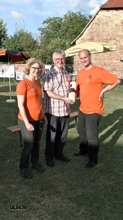 Das Gastgeschenk der Kolping-Motorradfreunde Kirdorf: Die Kolping-Bikertreffenkerze mit unserem Logo.