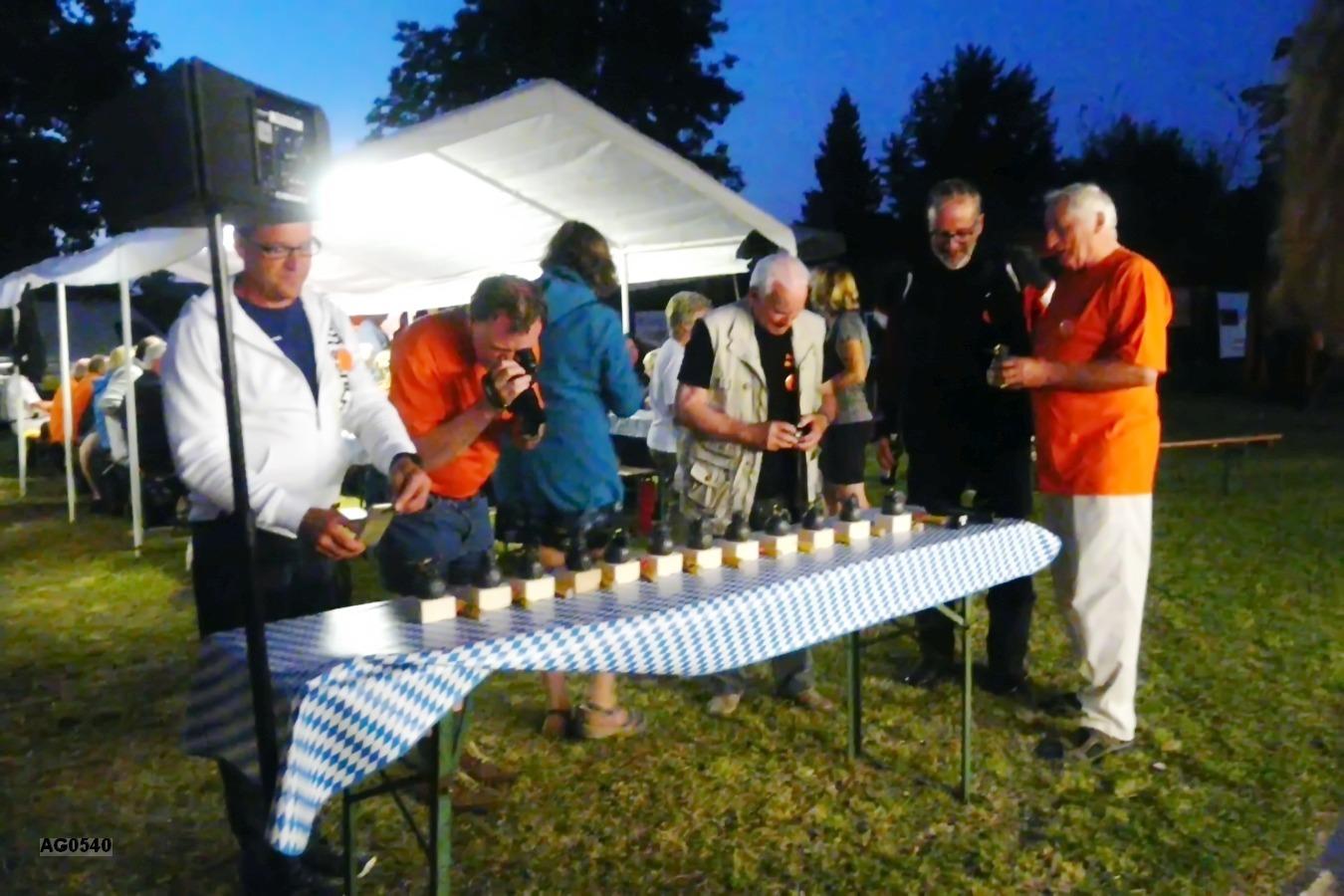 Auch die Fotografen interessieren sich für die ausgefallenen Elwedritsche-Pokale
