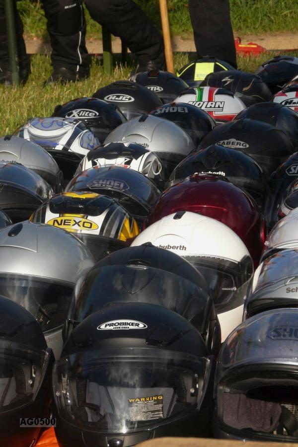 Motorradhelme vor dem Altar