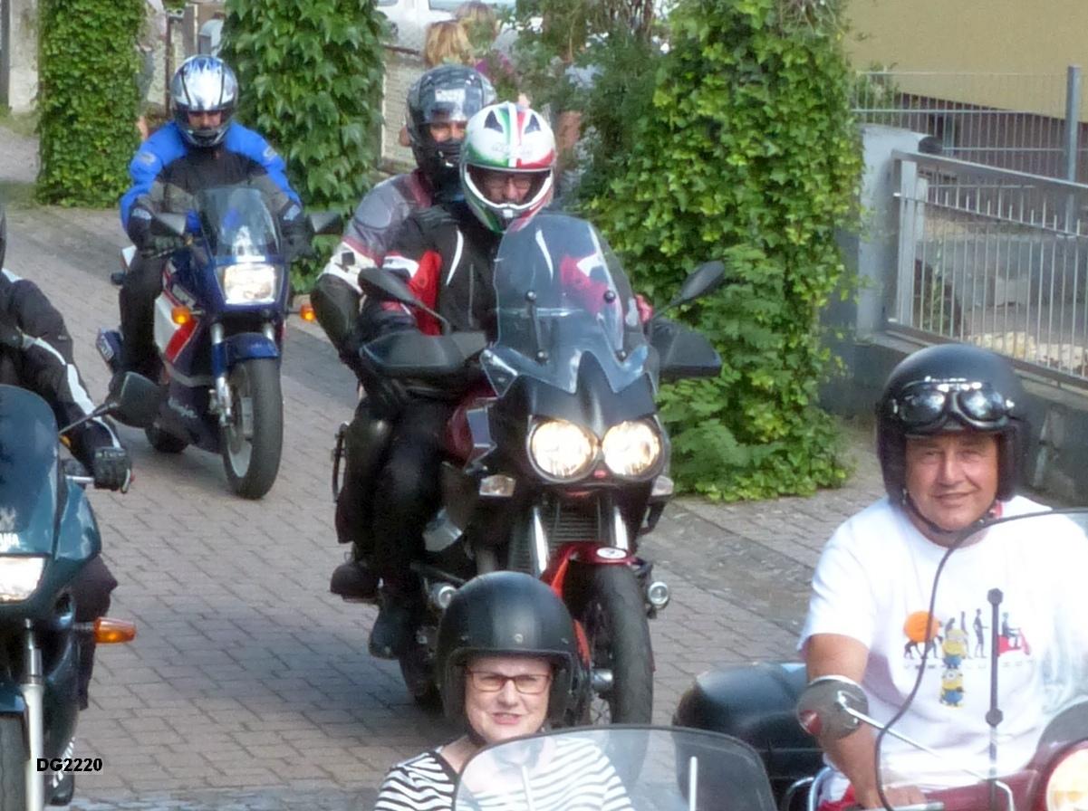 Organisator der Ausfahrt Klaus Jacobi; als Sozius fährt Christoph mit. Links im Bild auf der blau-rot-weißen Kawaski fährt Verbandsgemeindebürgermeister Michael Reith