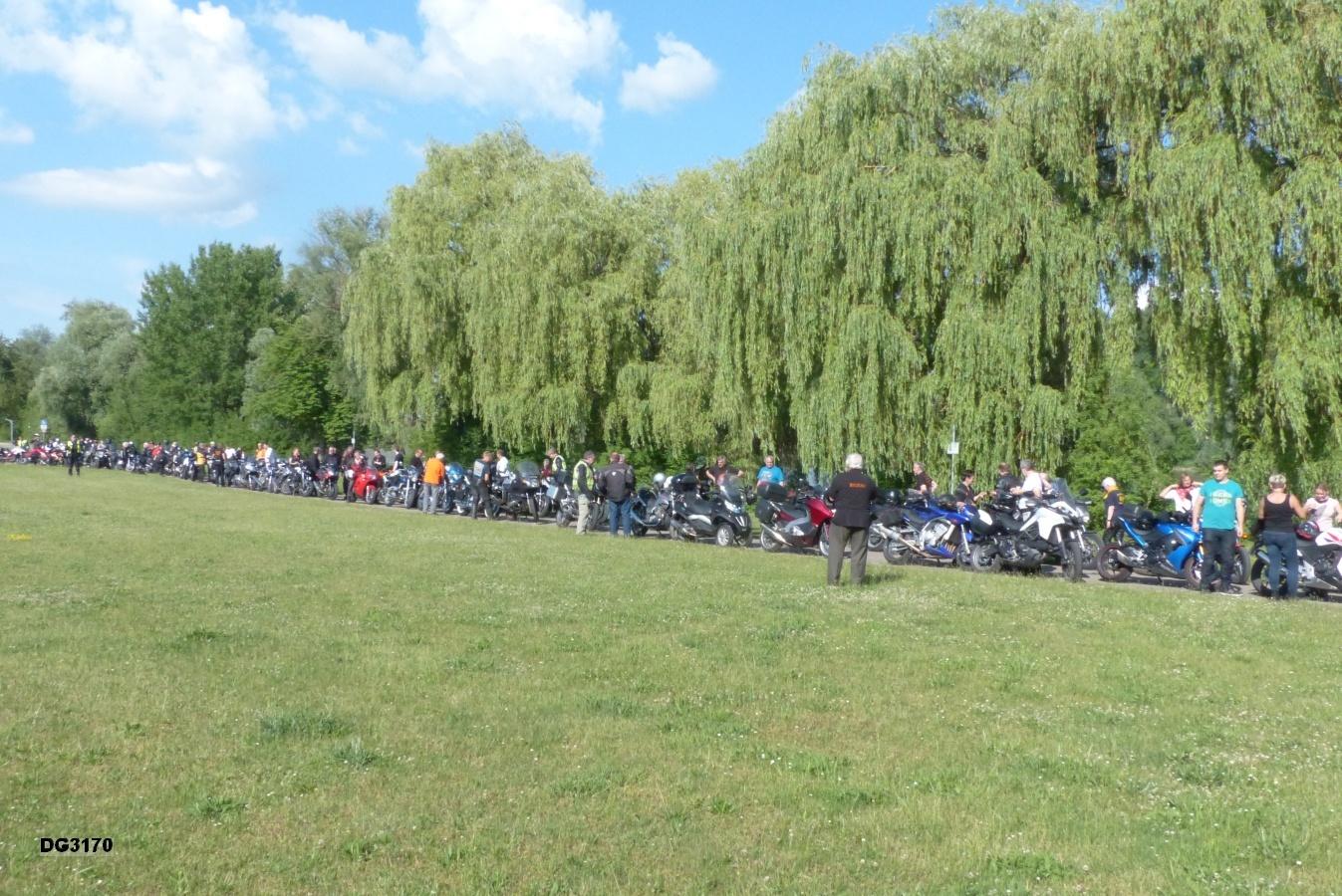 Motorräder auf dem Gondelfestplatz am Roxheimer Altrhein.