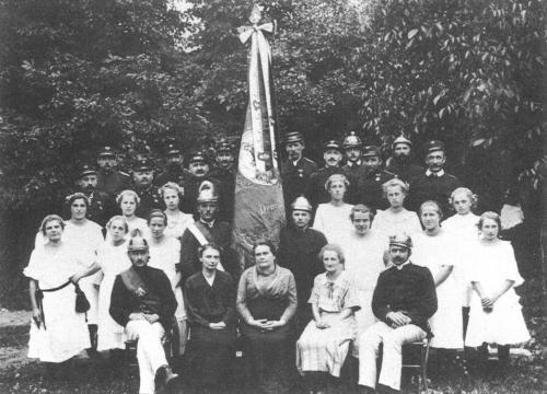 Fahnenpatinnen vorne sitzend von links: Fr. Nußbaumer, Fr. Pirker, Fr. Ella Manhard