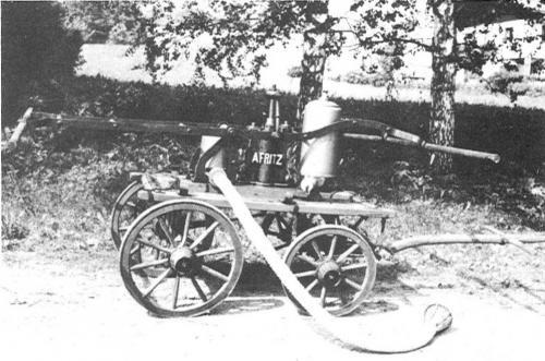 2. Handkraftspritze aus dem Jahre 1889. Angeschafft unter dem Hauptmann Johann Huber