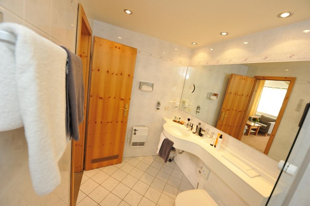 Modern, hell und große Badezimmer