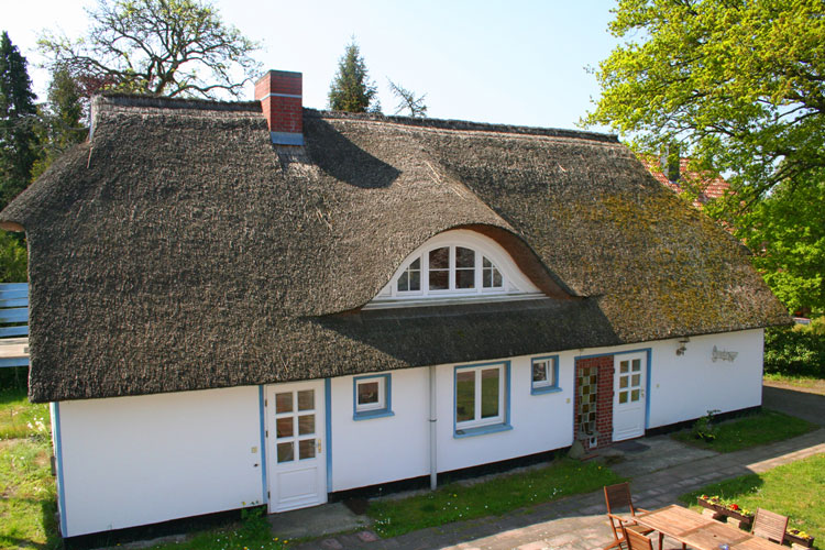 das 250 Jahre alte Haus ist mit Schilf gedeckt