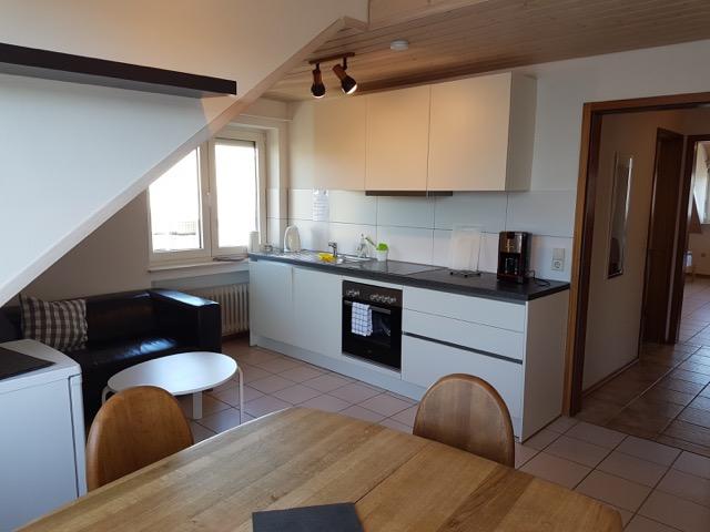 Modern und voll ausgestattete Küche