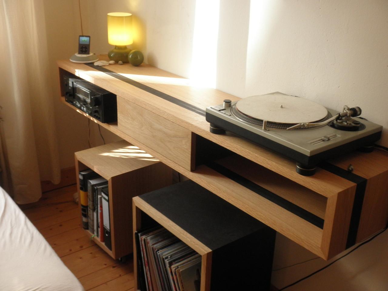 hängendes HiFi-Board mit Würfeln auf Rollen für Schallplatten