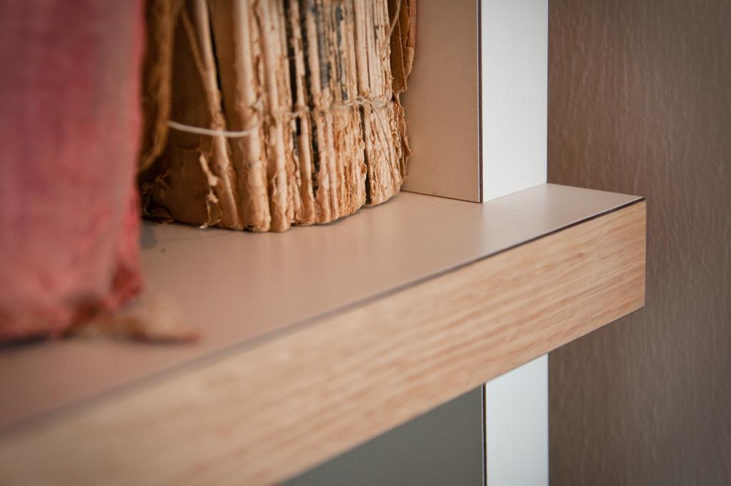 Hochwertige Beschichtung mit HPL (bekannt von Küchenarbeitplatten) mit Kanten aus Eiche