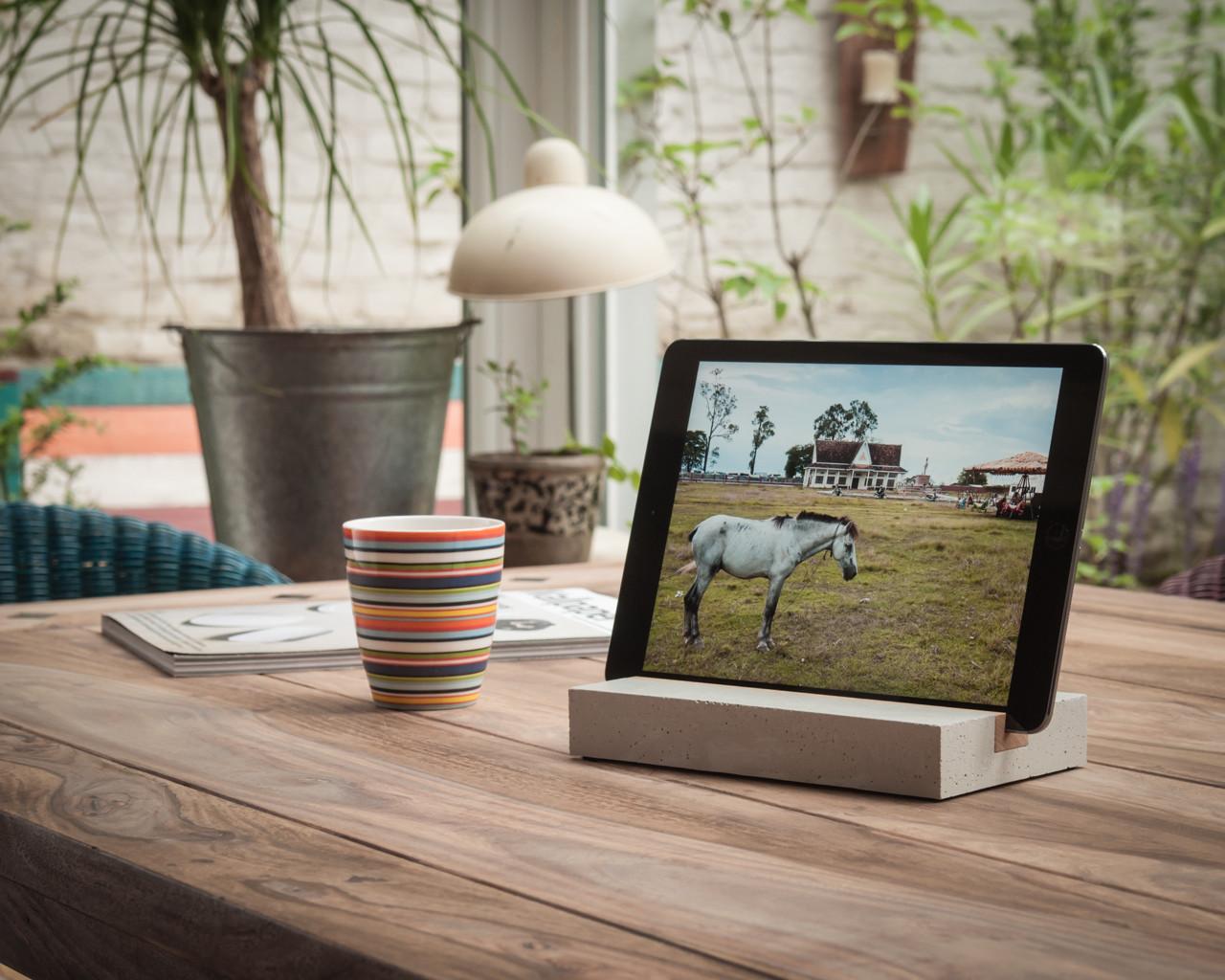iPad und tablet Halterung / Halter aus Holz und Beton