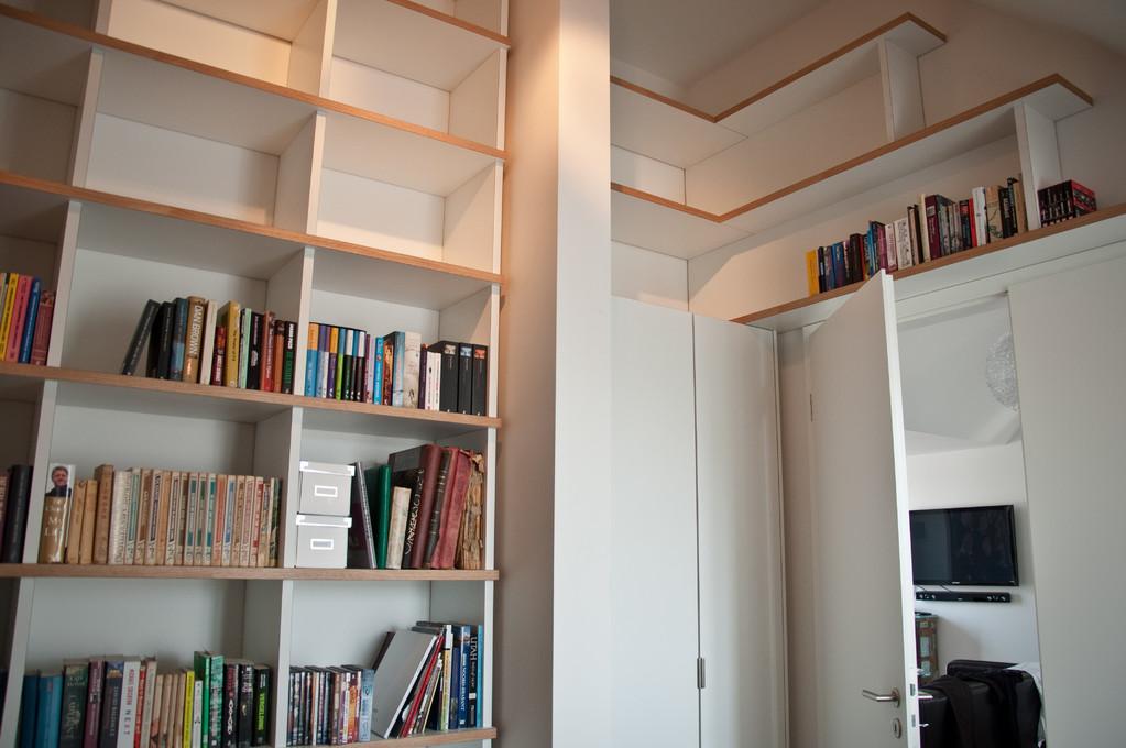 Geräumiges deckenhohes Bücherregal mit integriertem Schrank für die Golfausrüstung