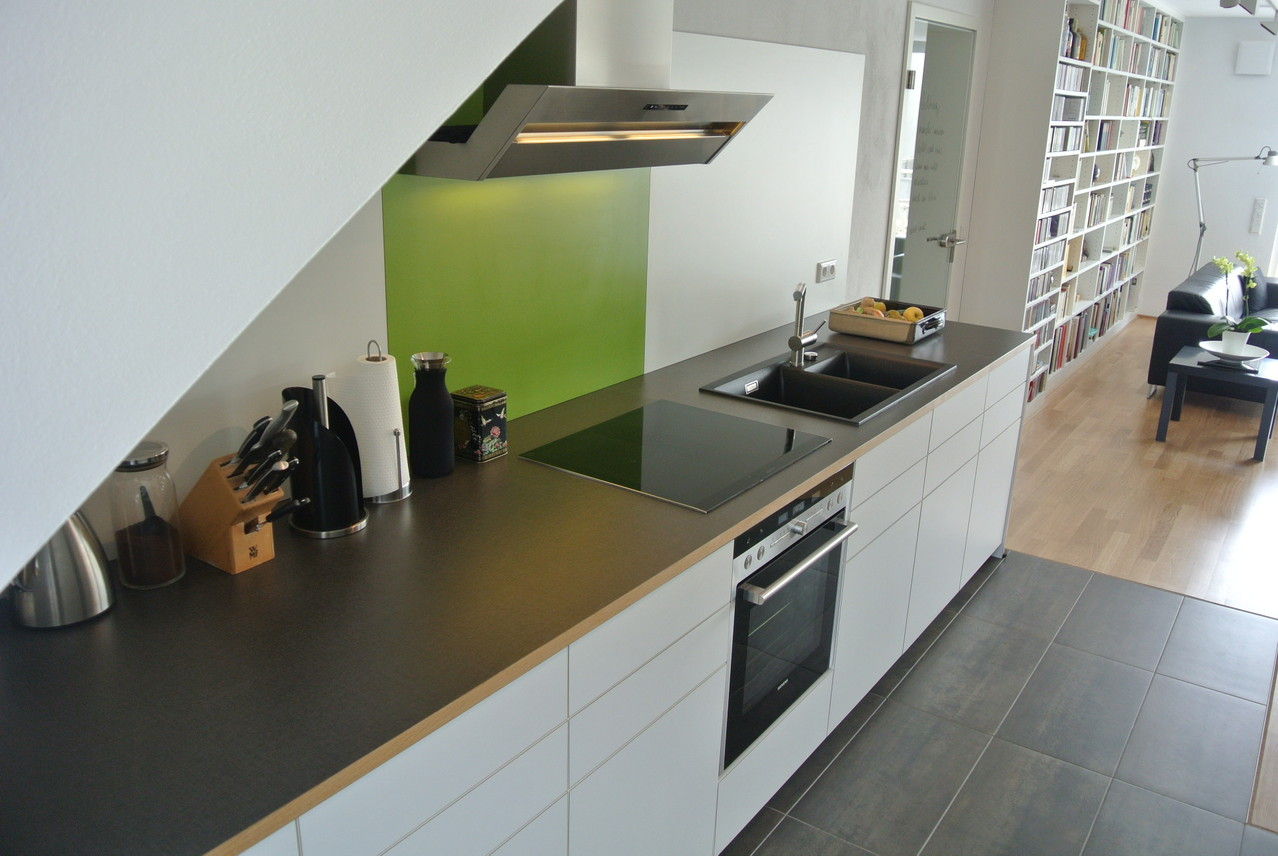 Küchenzeile in offener Küche mit grifflosen Fronten