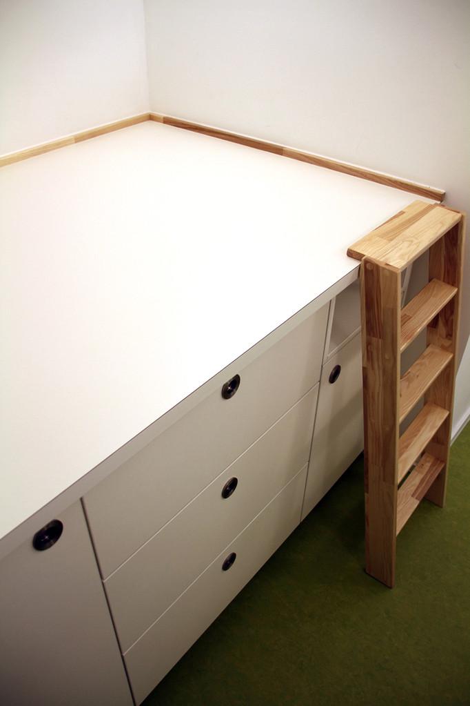die Treppe lässt sich einfach und sicher wieder an die Deckplatte der  Wickelkommode einhängen