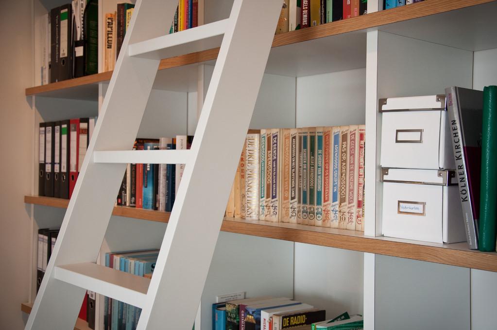 durch eine an das Regal angepasste Leiter sind die oberen Regale leicht zu erreichen