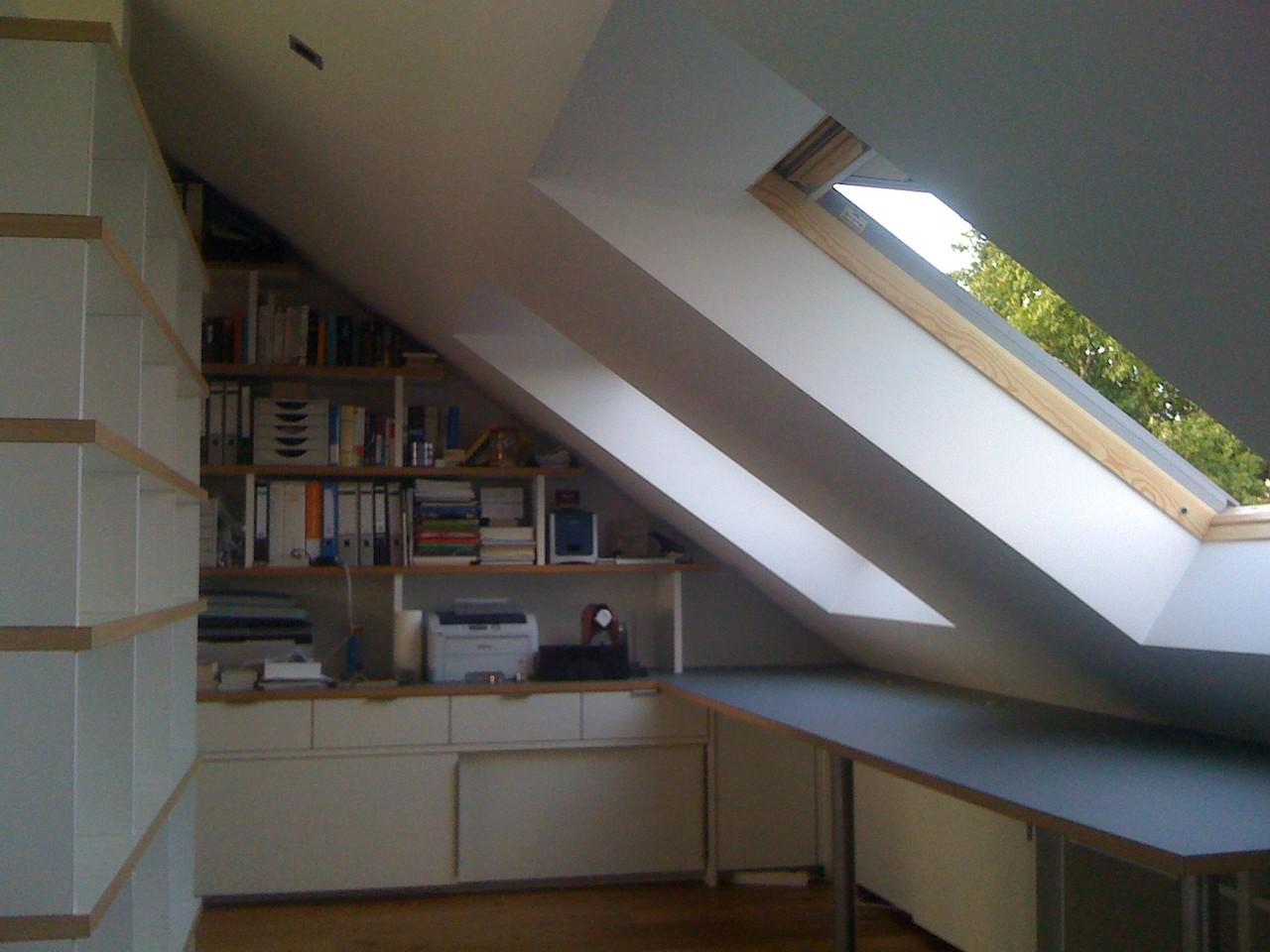 Arbeitsplatz über Eck mit einem an die Dachschräge angepasstem Regal