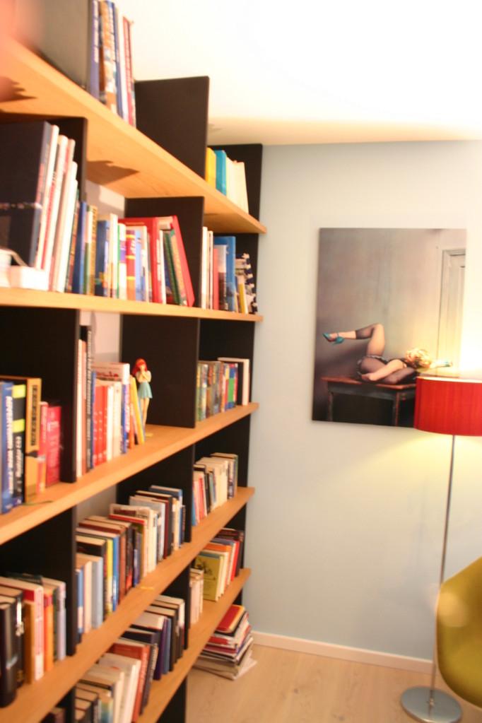 Bücherregal aus Eiche mit Seitenwangen aus schwarzem MDF