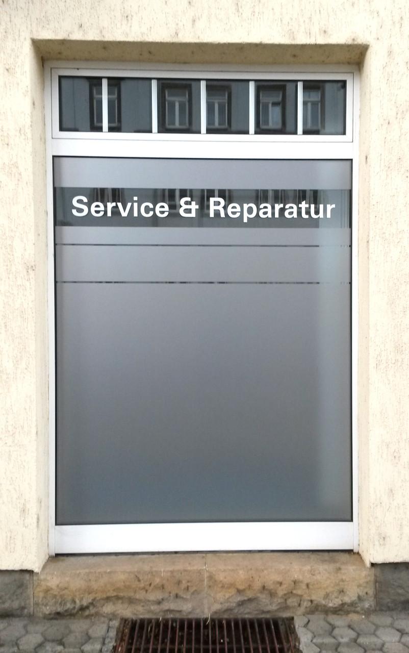 Schaufensterbeschriftung mit Glasdekorfolie