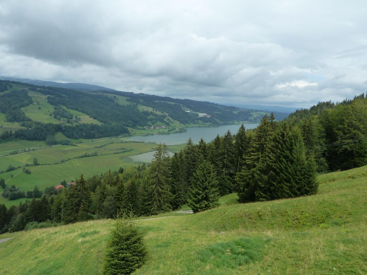 schöne Alpsee-Bergwelt