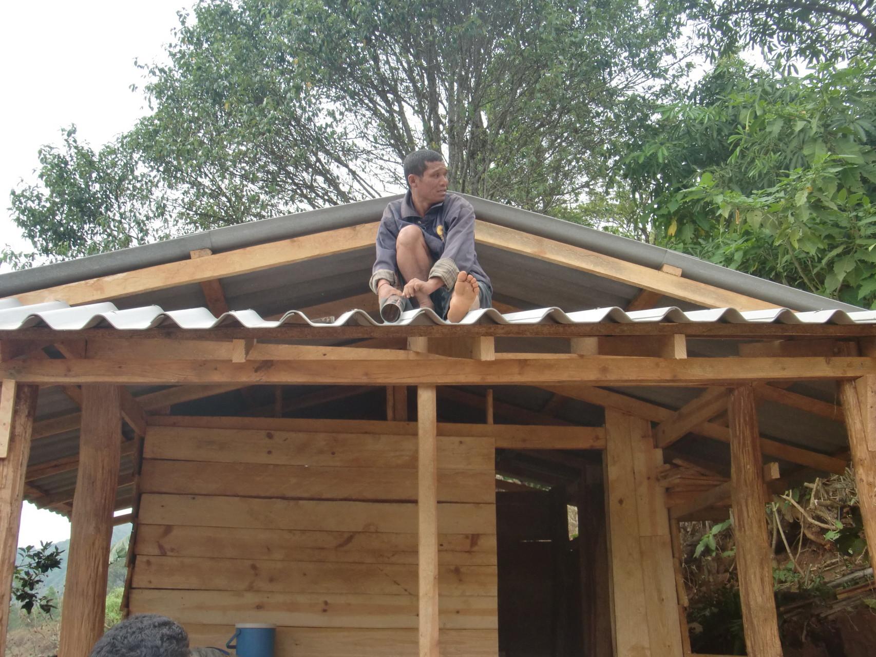 屋根の設置は村人が行います。