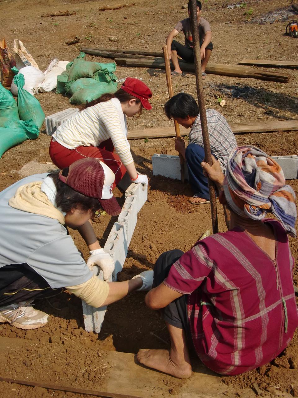 村人と力を合わせて掘る