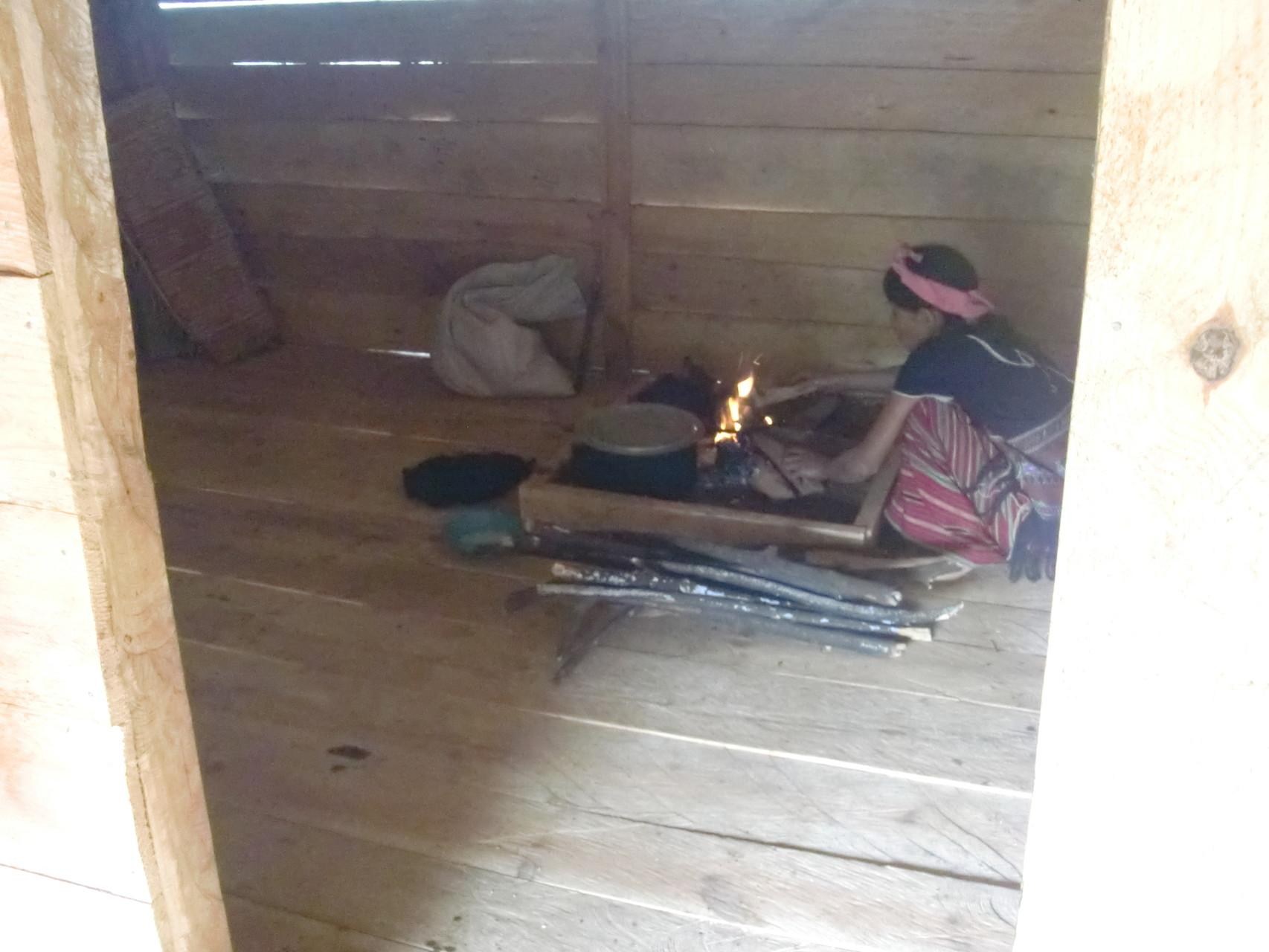 囲炉裏も完成。さっそく料理。