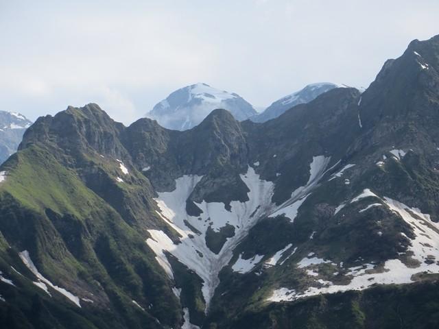 Es ist noch Schnee auf den Bergen und läuft in vielen Bächen runter