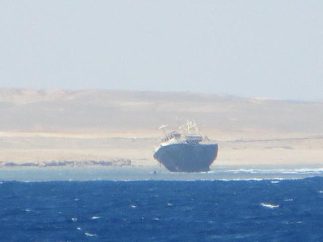 Der Kapitän war wohl betrunken, als er das Schiff aufs Riffdach setzte