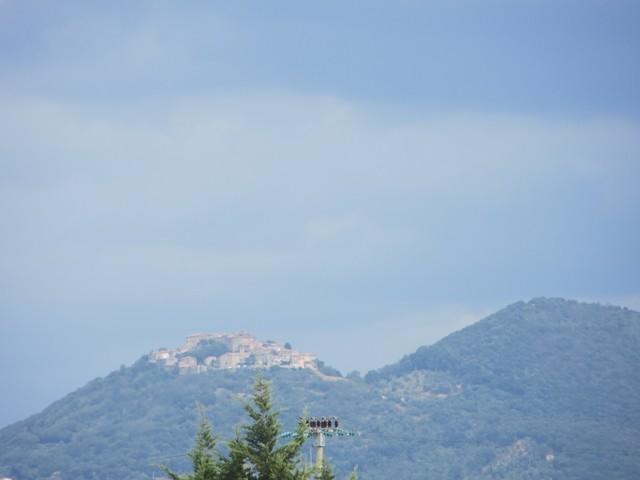 Viele kleine Dörfer liegen auf einer Hügelkuppe