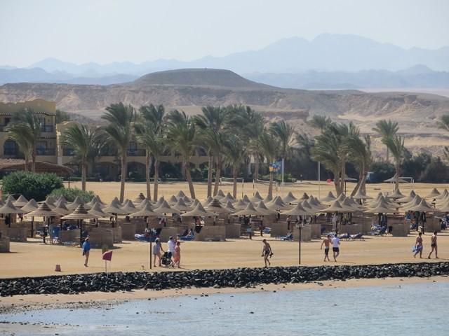 Strand mit Liegestühlen und Strohdächer
