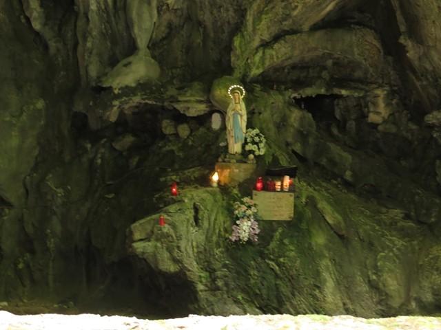 Eine kleine Grotte mit Madonna