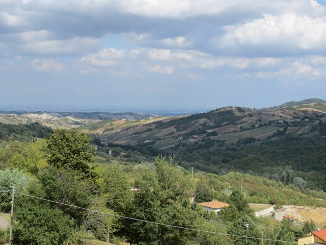 Nach der Po - Ebene begangen sich sanfte Hügel zu erheben. Weingegend