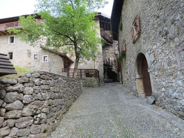 Von Parkplatz hoch zum Dorf Borgo Medioevale Di Canale