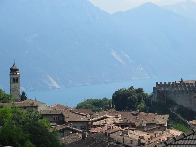 Blick auf den Gardasee mit dem Dorf Ville Del Monte im Vordergrund