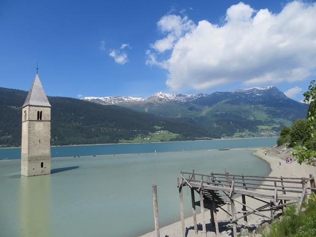 Am Reschensee wurde ein Dorf versenkt