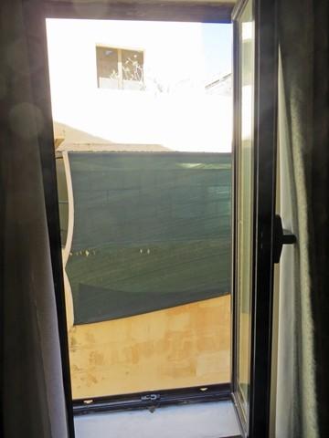 Aussicht durch das Zimmerfenster