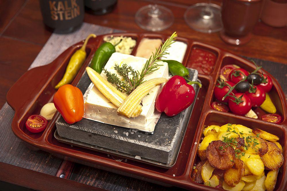 Menü 8: Vegetarisches Menü vom heißen Stein mit Meersalz entweder mit Schafskäse oder mit Ziegenkäse. Dazu gibt es  allerlei Grillgemüse.