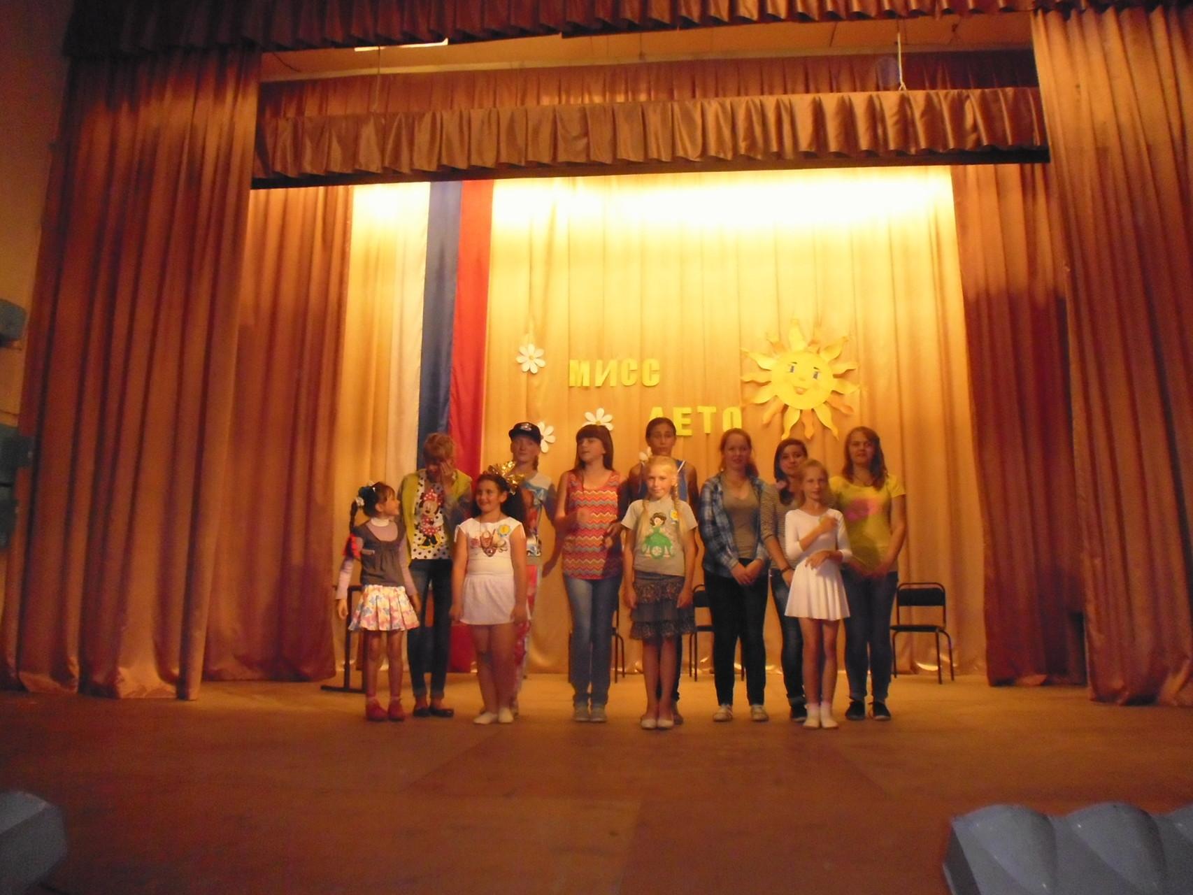 Участницы конкурса с группой поддержки